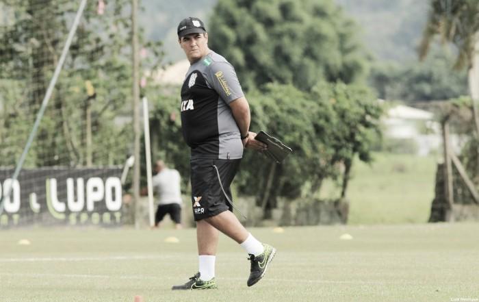 Técnico Tuca Guimarães celebra atuação do Figueirense diante do Atlético-PR