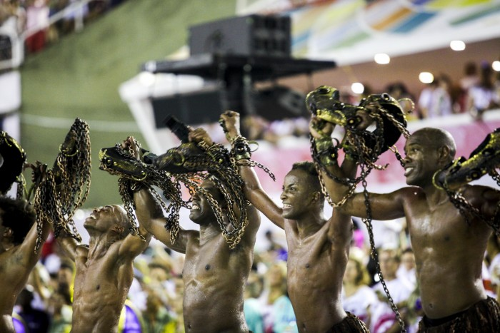 Dedo na ferida: a necessidade de desfiles críticos no Carnaval