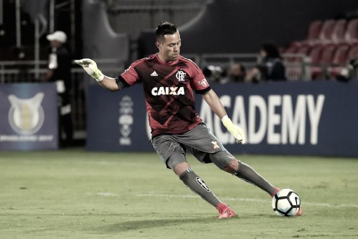 """Diego Alves nega foco do Flamengo na Sul-Americana e desabafa: """"Não estamos felizes"""""""