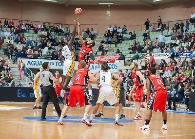 El UCAM Murcia vence en casa y corta la racha del Blancos de Rueda