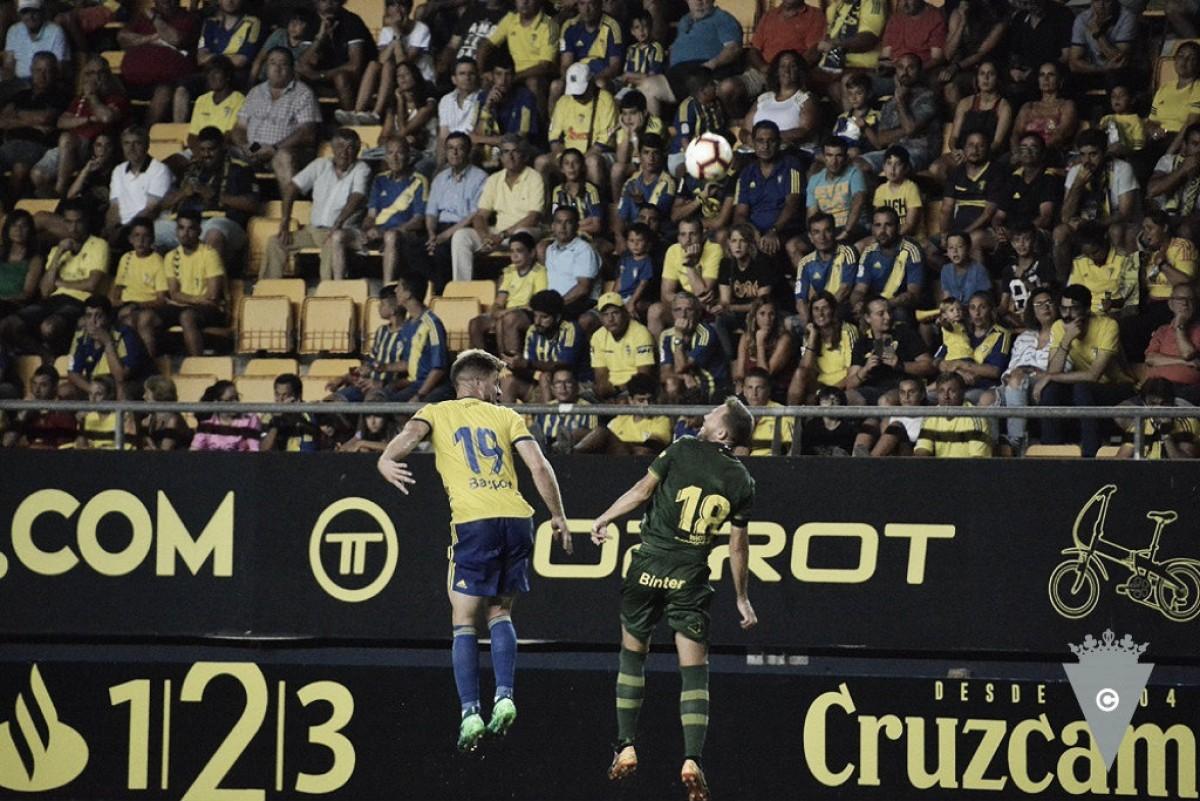 Salvi y Javi Castellano pelean un balón de cabeza. // Foto: Cádiz CF.