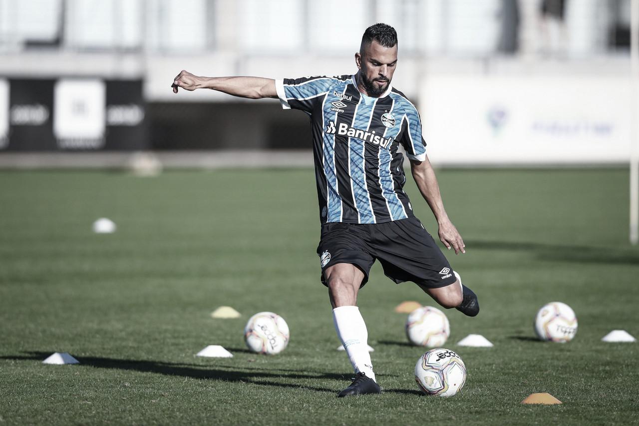 Grêmio apresenta novos uniformes em treinamento