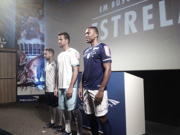 Cruzeiro lança uniformes para 2015 em cinema de Belo Horizonte ... 03dd241846b62
