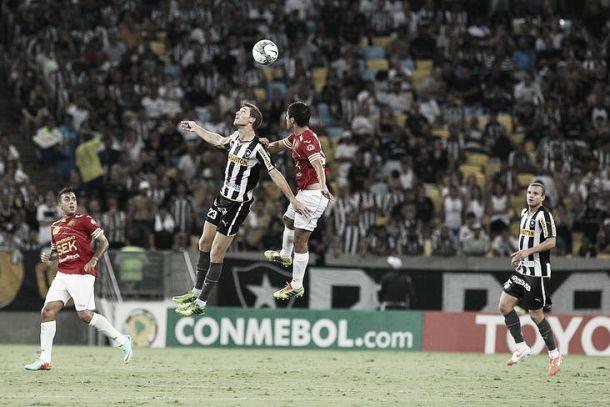 Com gol de pênalti, Unión Española vence o Botafogo e garante classificação para próxima fase