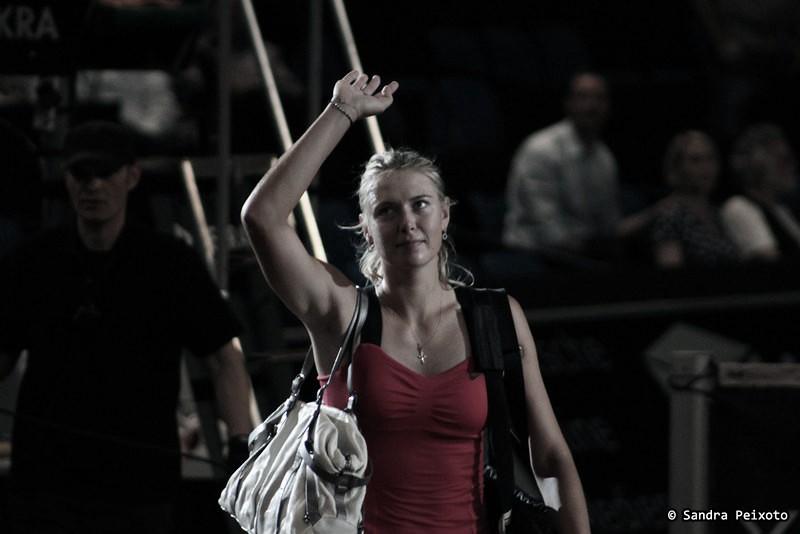 Sharapova se despide del público en un partido disputado en Stuttgart. Foto: Glee_Girl.