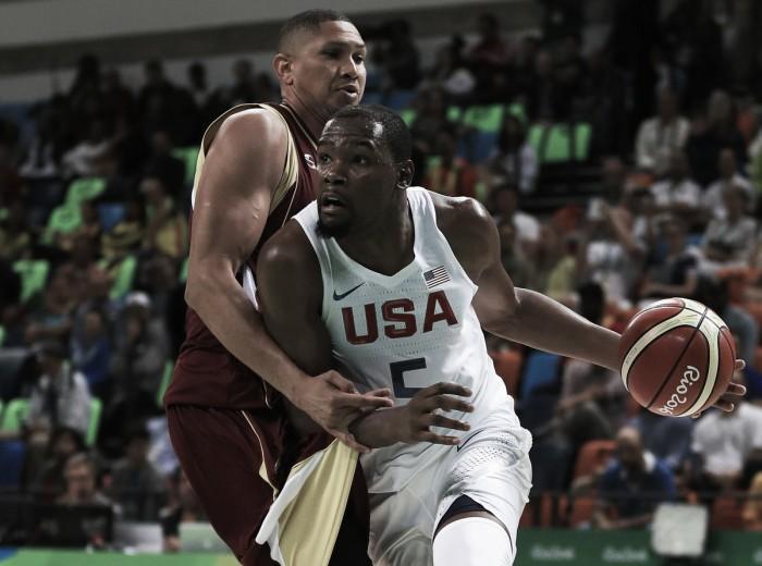 Estados Unidos leva susto no início, mas atropela Venezuela no basquete masculino