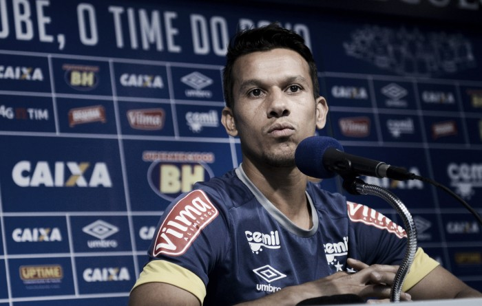 """Henrique aposta na força do time para tirar Cruzeiro do Z-4: """"Incentivamos uns aos outros"""""""