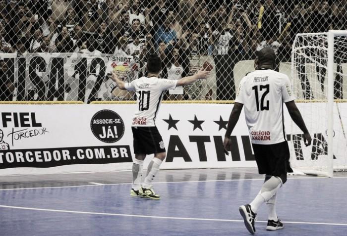 Corinthians vira no fim, bate Sorocaba e sai à frente na Liga Futsal