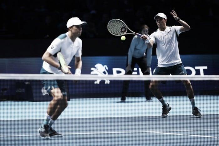 Irmãos Bryan vencem dupla de Bruno Soares, atingem marca histórica e largam na frente no ATP Finals