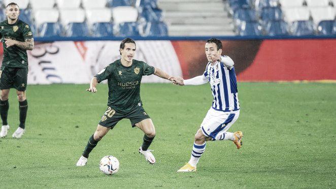 Disputa de balón entre Seoane y Mikel Oyarzabal / Twitter: SD Huesca
