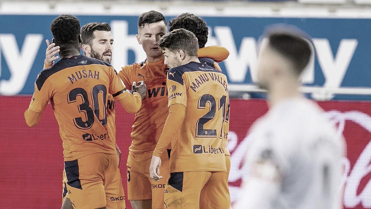 Abrazo de 'los jóvenes' al festejar un gol ante el Alavés. Foto: Web Valencia CF