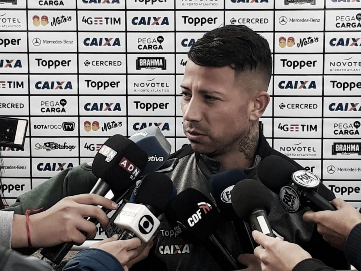 """Em seu país natal, Valencia reforça desejo de jogar pelo Botafogo: """"Todo jogador quer ajudar"""""""
