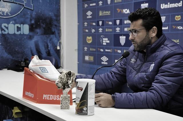 "Alberto Valentim mira objetivo maior, mas destaca saída do Avaí da lanterna: ""Tiramos o peso"""
