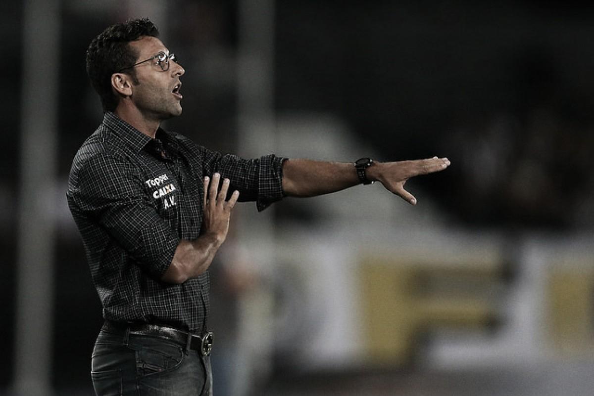 """Alberto Valentim reclama de gramado e promete """"quebrar a cabeça"""" para definir time na semi"""