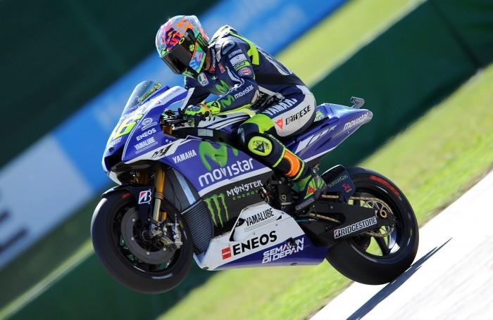 MotoGp, Rossi contro Espargaro a Misano: lite e dito medio