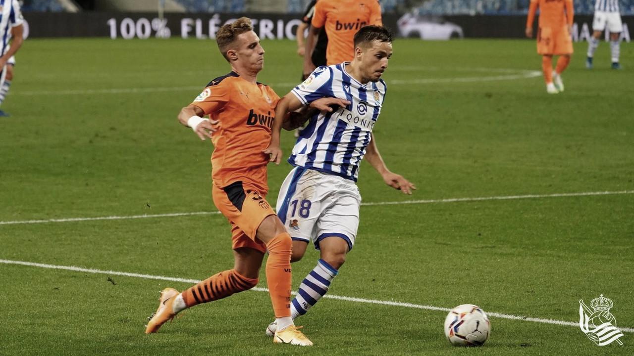 Gorosabel pelea un balón con Alex Blanco (Foto:// Real Sociedad)