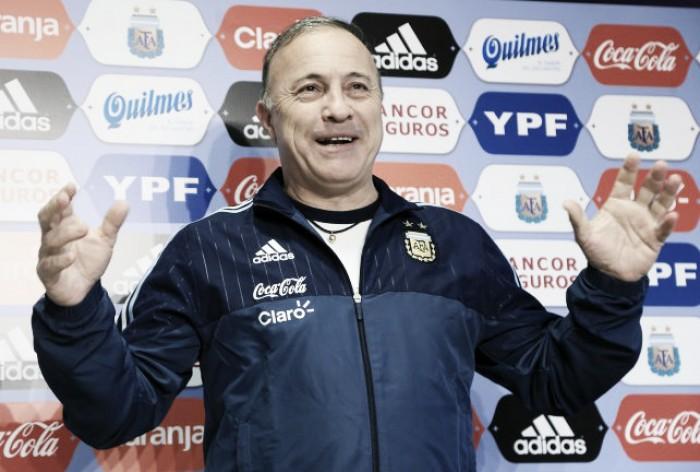 Olarticoechea fue presentado como DT de la Selección