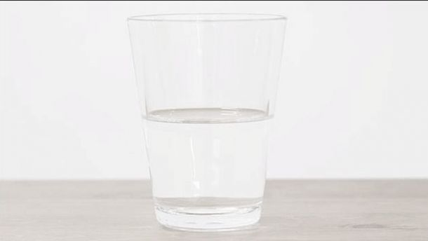 Convierten un vaso de agua en obra de arte