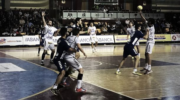 Balonmano Aragón suma su primer punto