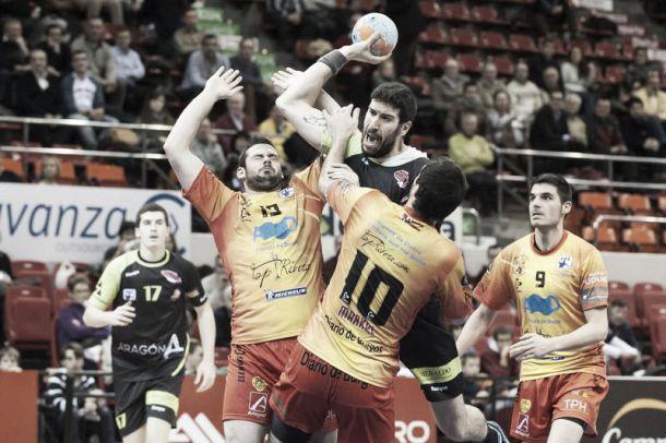 Balonmano Aragón vence tras un final de infarto