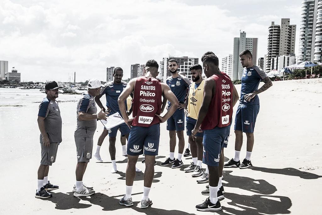 Treinando na praia de Fortaleza, Santos começa preparação para jogo de volta da Copa do Brasil
