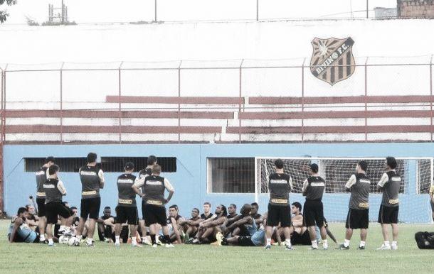 Sem Carlos Alberto, Botafogo treina no campo do Divino F.C.