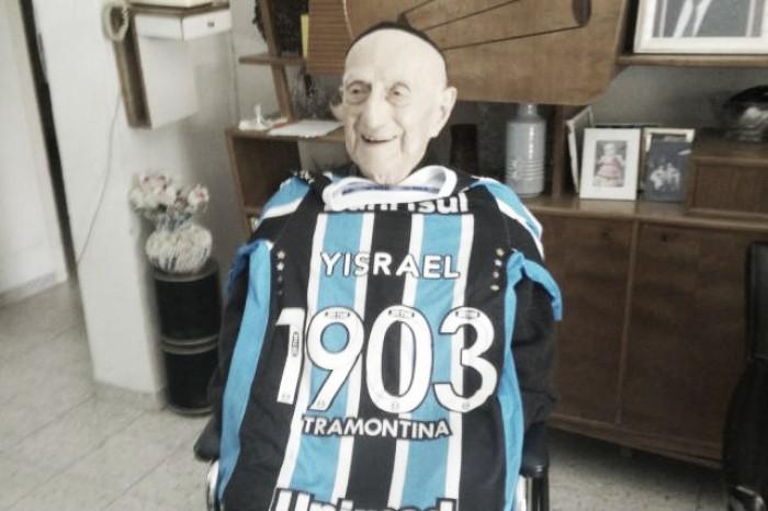 Homem mais velho do mundo, nascido na data de fundação do Grêmio, recebe camisa do clube
