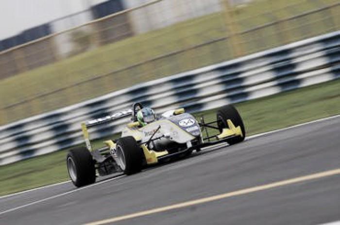 Matheus Iorio domina treino livres da F3 Brasil em Goiânia