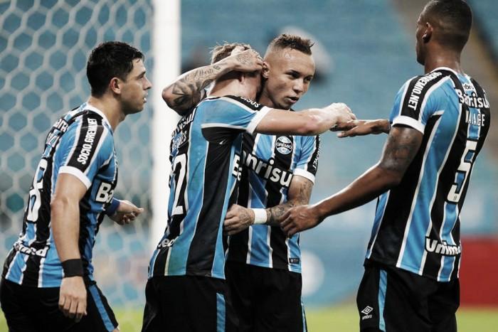 Grêmio vence Coritiba com tranquilidade e se torna líder do Brasileirão