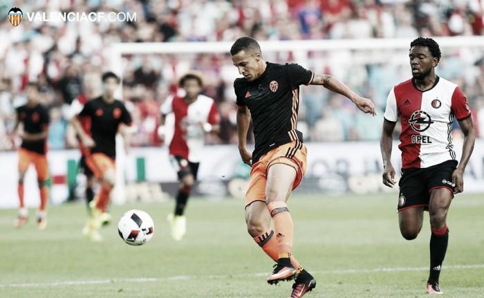 Valencia tem falhas defensivas e perde para Feyenoord em amistoso na Holanda