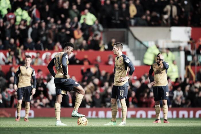 """Wenger não descarta chances de título após derrota para United: """"Estamos na luta"""""""