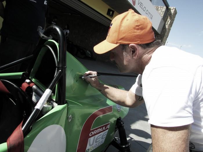 Rubens Barrichello autografa carro da Fórmula Vee em Interlagos