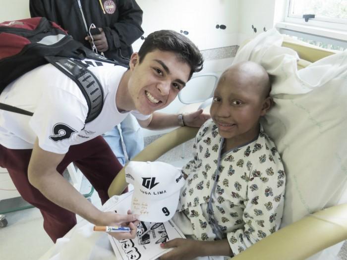 Em ação social, Guga Lima visita crianças do Hospital Conceição em Porto Alegre