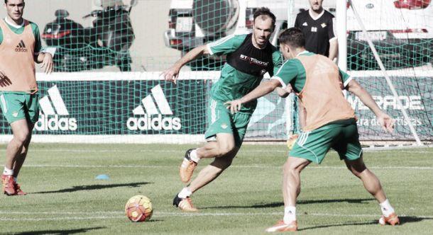 El Betis vuelve a los entrenamientos con nuevos varapalos médicos