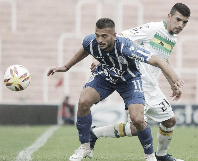 Victorio Ramis y Emanuel Iñiguez en disputa por la pelota. En el último enfrentamiento en Medonza (Foto: Olé)