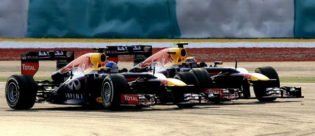Vettel desobedece equipe, ultrapassa Webber e Red Bull domina na Malásia