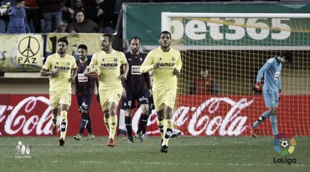 Los tres estandartes del Villarreal