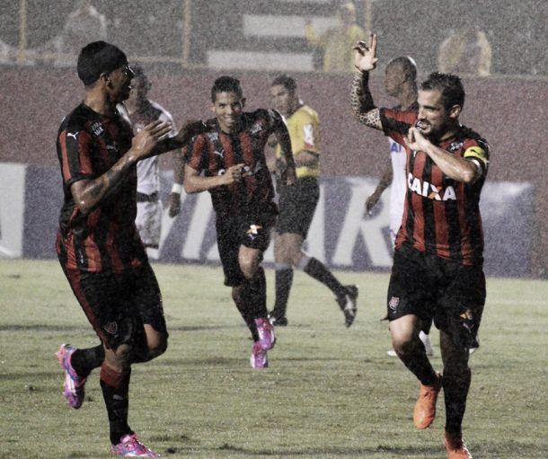 Vitória vence Atlético-GO em jogo de muita chuva e entra no G-4