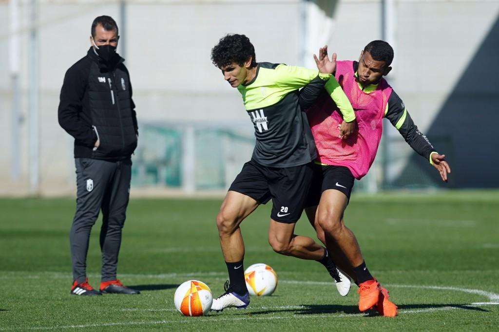 Vallejo y Luis Suárez pugnan por un balón ante la atenta mirada de Diego Martínez en el entreno de este lunes. FOTO: Granada CF / Pepe Villoslada