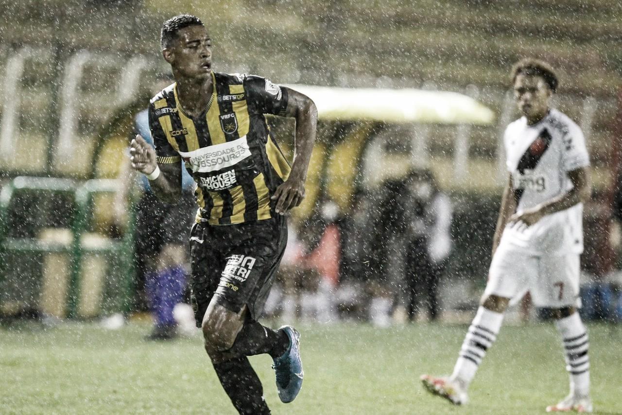 Vasco para no goleiro, leva gol no fim e perde mais uma no Carioca