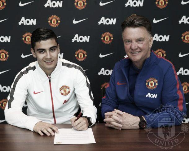 Meia Andreas Pereira renova com Manchester United até junho de 2018