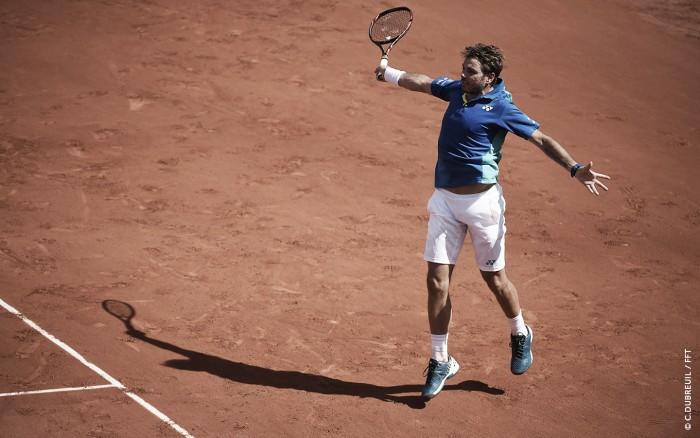 Wawrinka suporta pressão de Monfils e torcida para avançar em Roland Garros