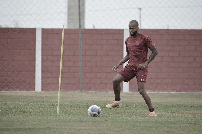 Wesley exalta titularidade e espera coroar bom primeiro semestre do CRB com título alagoano