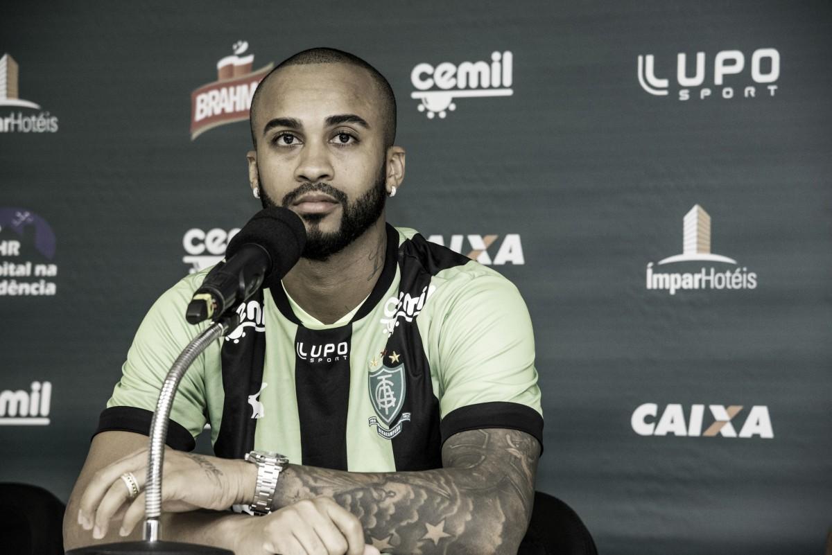 Apresentado no América-MG e anteriormente sem clube, Wesley fala em 'recuperar mês perdido'