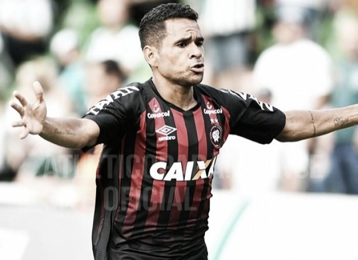 Em jogo de poucas chances, Ederson desencanta e Atlético-PR vence Coritiba no Couto Pereira
