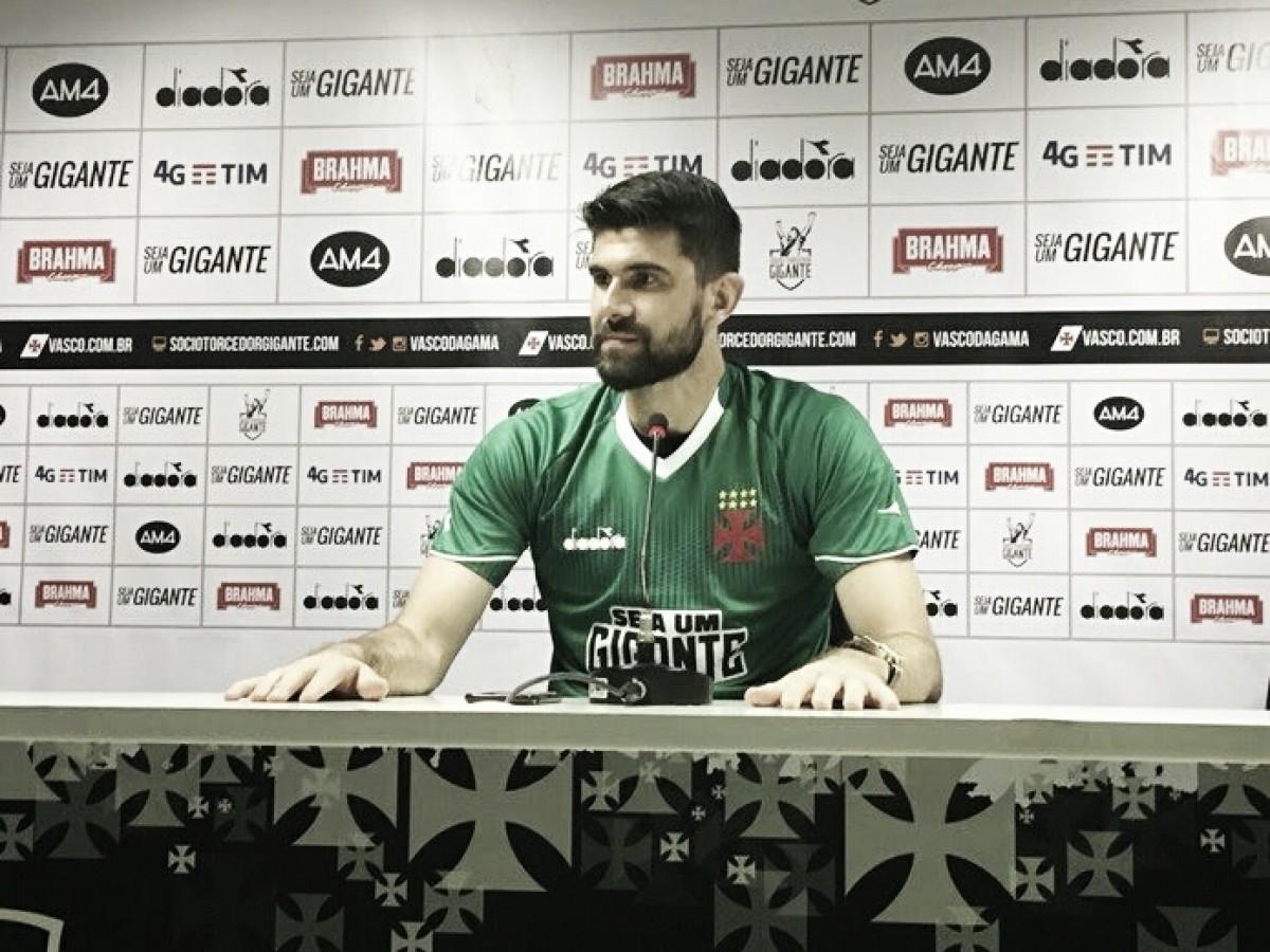 """Fernando Miguel é apresentado e enaltece tradição de goleiros do Vasco: """"Alegria muito grande"""""""