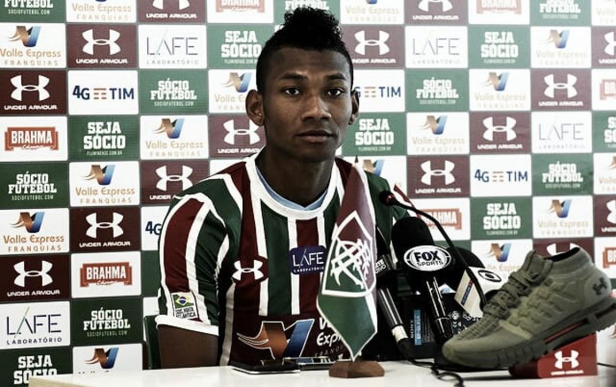 Apresentado, Bryan Cabezas rasga elogios à torcida do Fluminense: ''Fiquei encantado''
