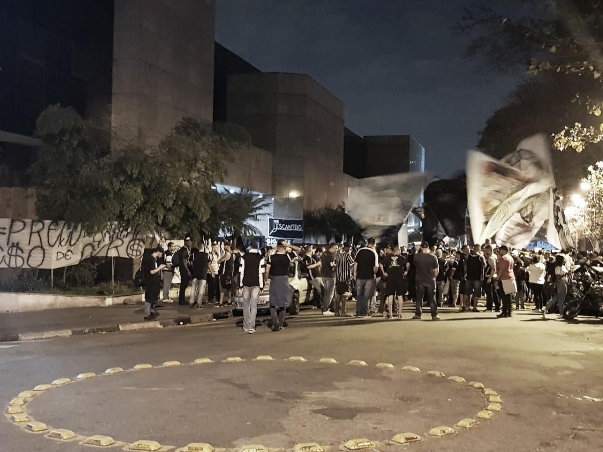 Descontente com diretoria do Corinthians, Gaviões da Fiel faz manifestação na sede do clube