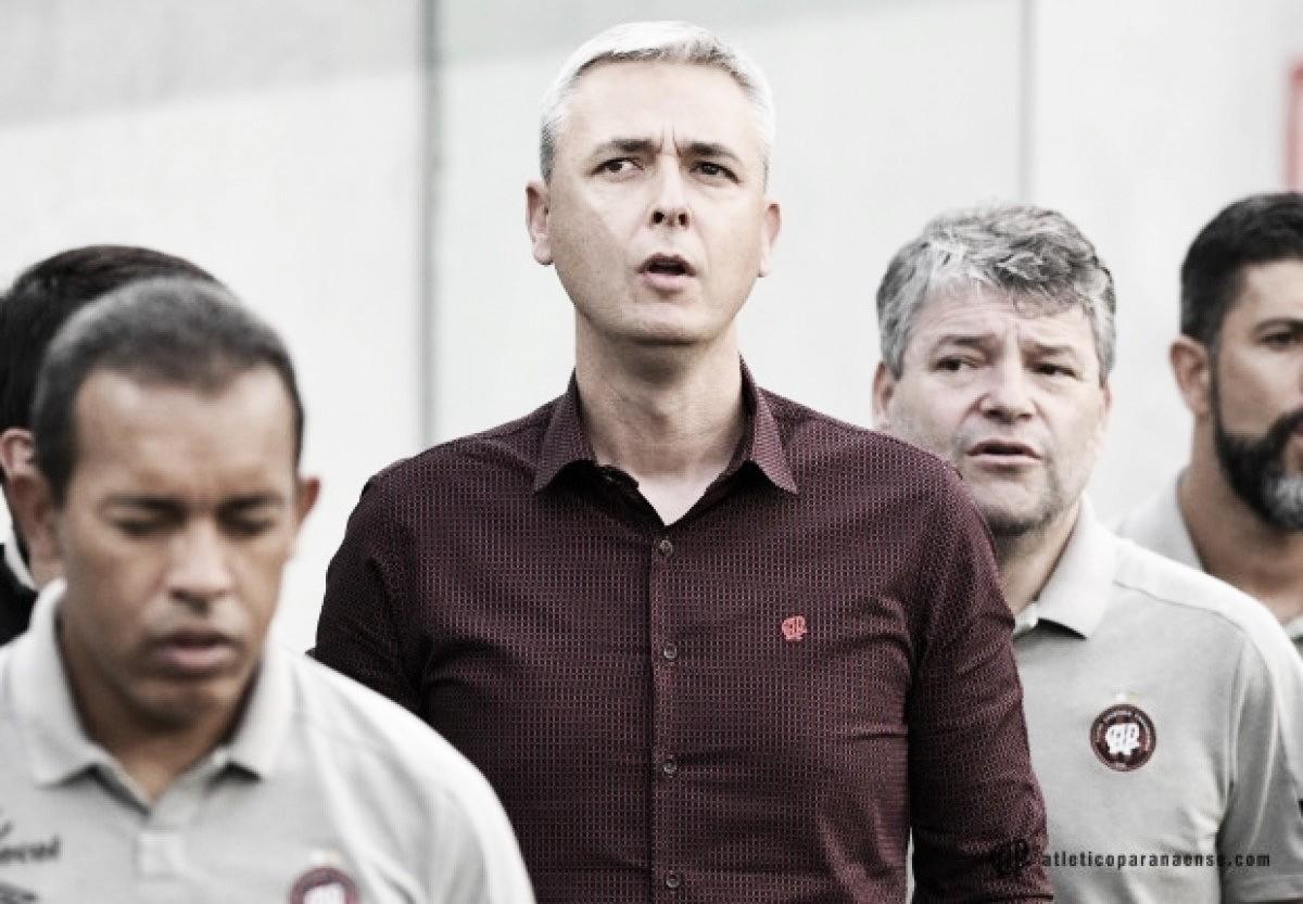 """Tiago Nunes elogia dedicação dos jogadores do Atlético-PR:""""Sabem o tamanho de sua missão"""""""