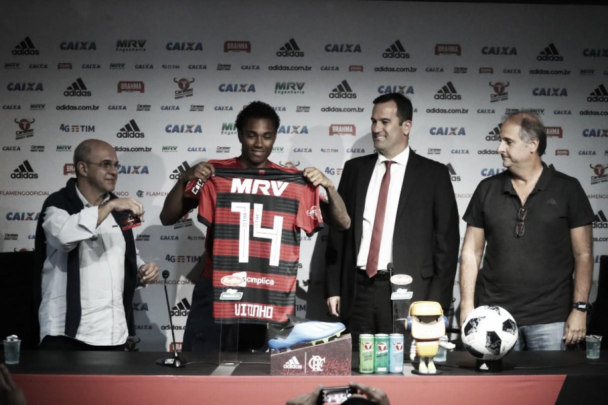 """Vitinho é apresentado e fala sobre vontade de atuar no Flamengo: """"É sonho de moleque"""""""